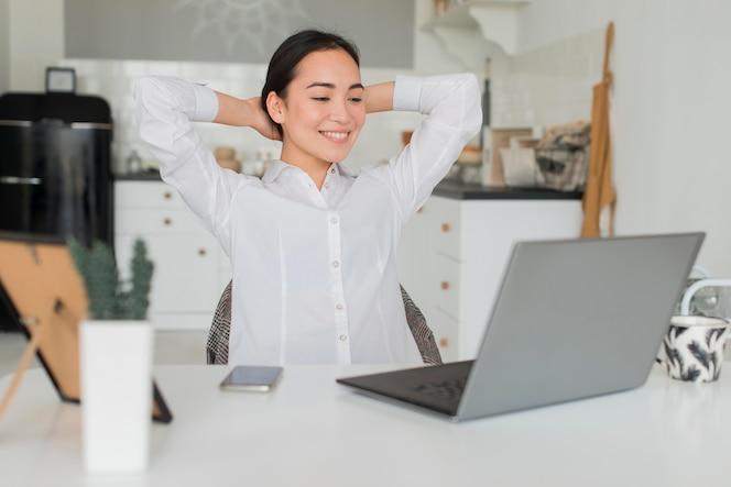 Vrouw die werkt vanuit huis