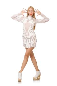 Vrouw die witte kleding draagt die op wit wordt geïsoleerd