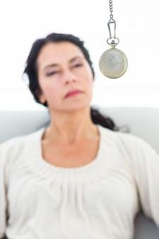Vrouw die wordt gehypnotiseerd