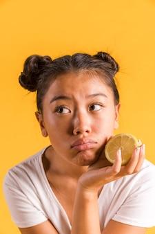 Vrouw die wordt verstoord en een citroen houdt