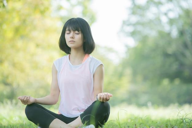Vrouw die yoga in het park doet