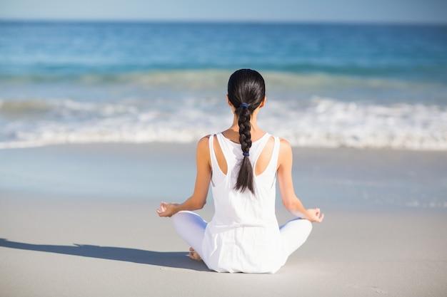 Vrouw die yoga uitvoert