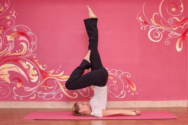 Vrouw die yogaoefeningen doet