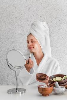 Vrouw die zelfgemaakte remedie toepast