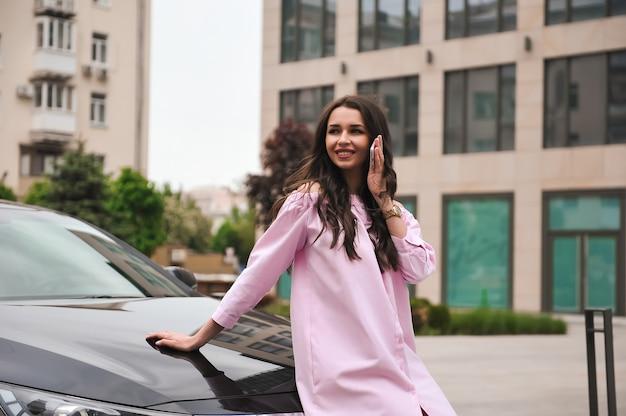 Vrouw die zich dichtbij auto bevindt en telefonisch roept