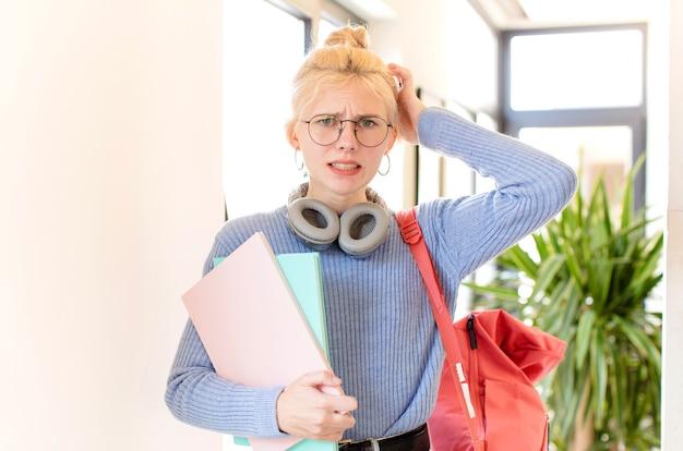 Vrouw die zich gestrest, bezorgd, angstig of bang voelt, met de handen op het hoofd, in paniek raakt bij vergissing