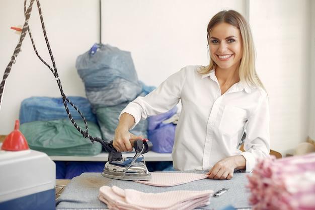 Vrouw die zich in de fabriek met een draad bevindt