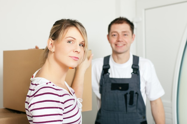 Vrouw die zich in haar nieuw huis beweegt