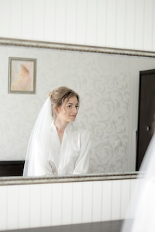 Vrouw die zich klaarmaakt voor de bruiloft