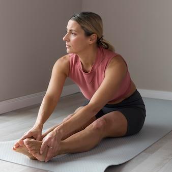 Vrouw die zich klaarmaakt voor een fitnesstraining