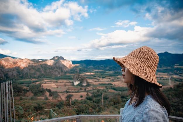 Vrouw die zich op phu lang ka, phayao in thailand bevindt