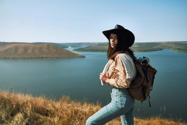 Vrouw die zich op piek van berg bij bakota-baai bevindt