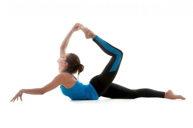 Vrouw die zich uitstrekt een been