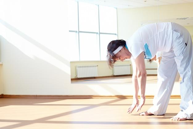 Vrouw die zich uitstrekt spieren