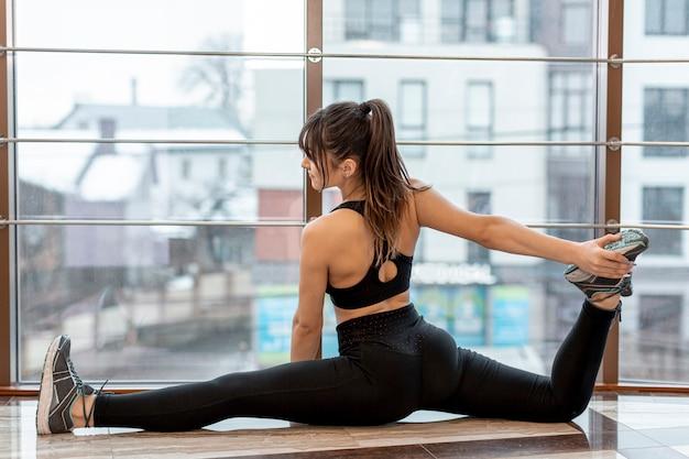 Vrouw die zich uitstrekt voordat ze trainen