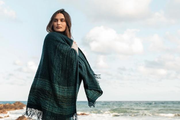 Vrouw die zich voordeed op het strand met kopie ruimte
