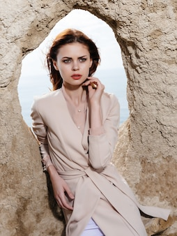 Vrouw die zich voordeed op het zand aantrekkelijke look