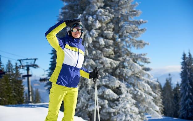 Vrouw die zich voordeed op ski's voor het skiën