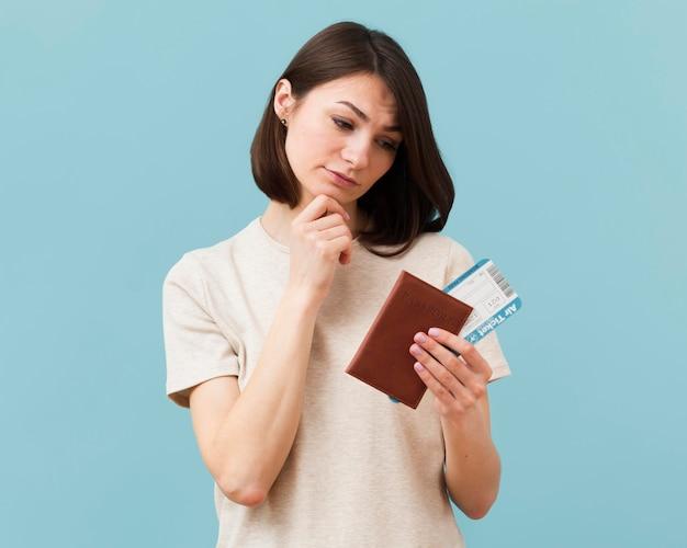 Vrouw die zich zorgen maakt over het niet gebruiken van haar vliegtuigtickets