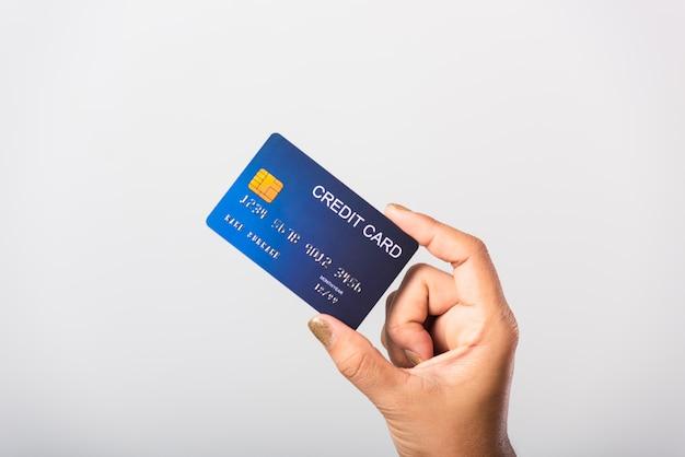 Vrouw die zij bankcreditcard houdt voor betaalt geld het online winkelen