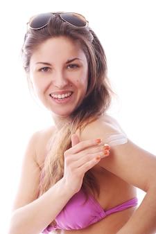 Vrouw die zonbeschermingscrème toepast