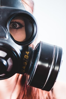 Vrouw die zwart gasmasker draagt
