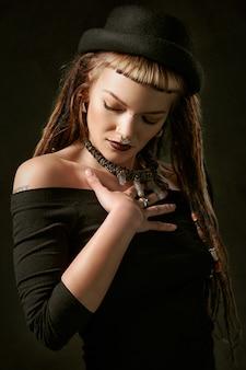 Vrouw die zwart off shoulder shirt met lange mouwen draagt