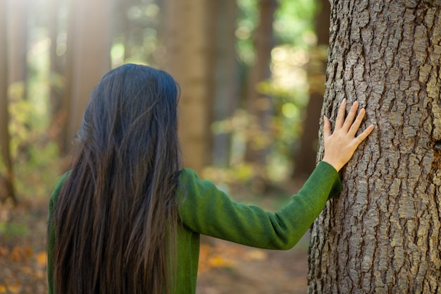 Vrouw dient boom in de natuur in