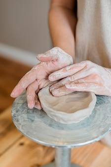 Vrouw doet aardewerk in haar atelier