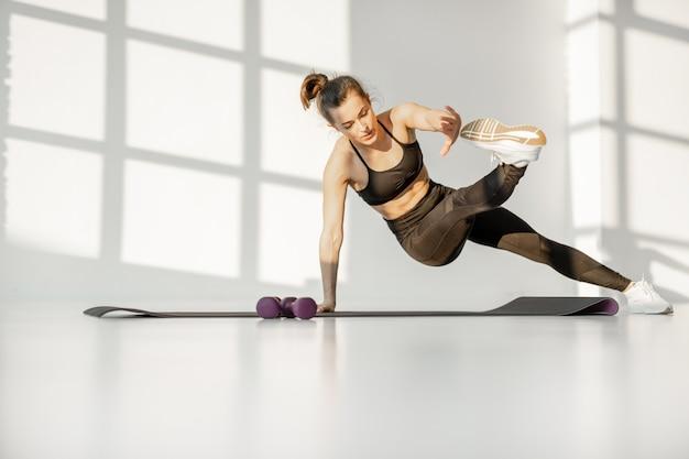 Vrouw doet cardio fitness binnenshuis