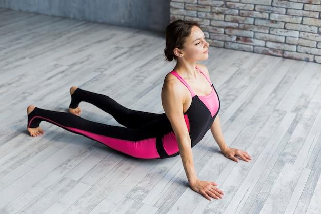 Vrouw doet cobra stretch