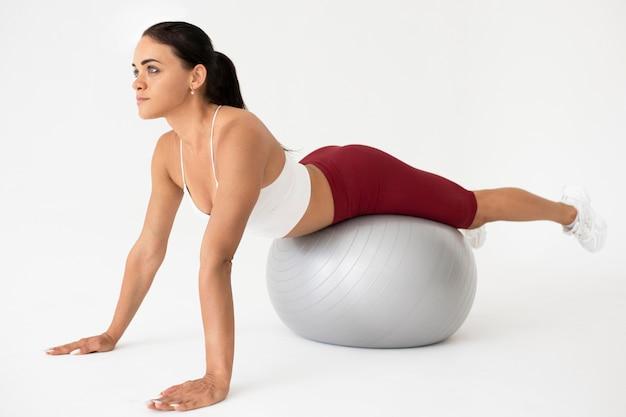 Vrouw doet een fitnessoefening