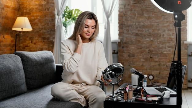 Vrouw doet een schoonheidsvlog