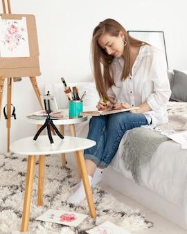 Vrouw doet een tekenprogramma met haar telefoon