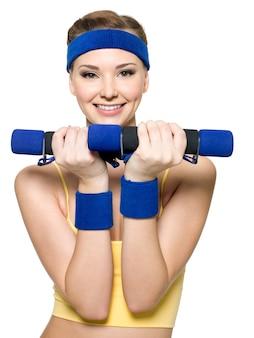 Vrouw doet fitness oefening met halters geïsoleerd op wit