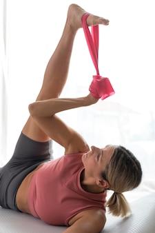 Vrouw doet fitness oefeningen met accessoires
