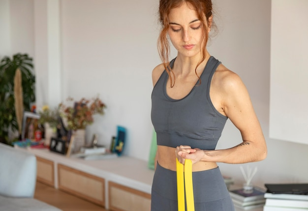 Vrouw doet fitness thuis