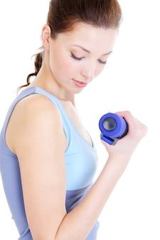 Vrouw doet fysieke oefeningen op wit wordt geïsoleerd