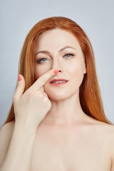 Vrouw doet gezichtsmassage, gymnastiek, massagelijnen en plastic mondogen en neus
