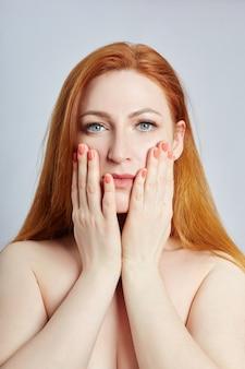 Vrouw doet gezichtsmassage