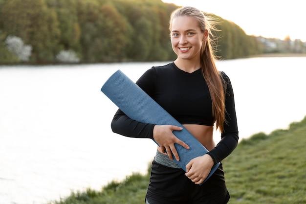 Vrouw doet haar training alleen buitenshuis