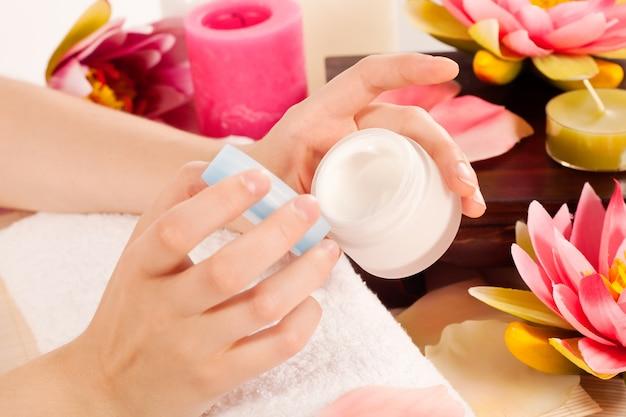 Vrouw doet manicure