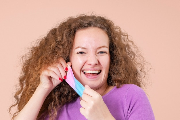 Vrouw doet masker af tijdens het nieuwe normaal