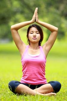 Vrouw doet meditatie op het strand