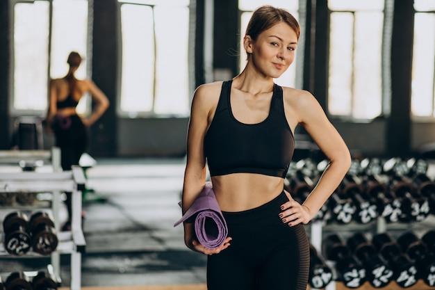 Vrouw doet oefeningen in de sportschool