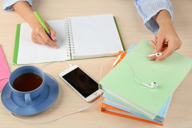 Vrouw doet papierwerk op het bureau