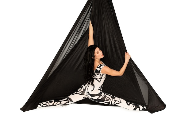 Vrouw doet split op zwarte hangmat