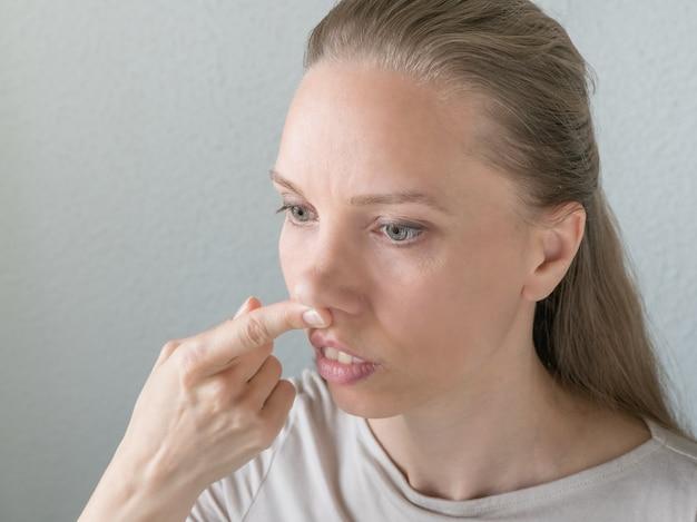 Vrouw doet verjongende oefeningen voor het gezicht