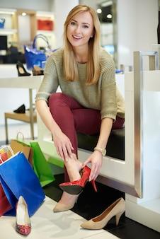 Vrouw doet winkelen in de schoenenwinkel
