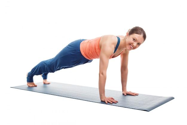 Vrouw doet yoga asana utthita chaturanga dandasana (of phalakasana)